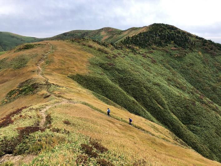 割引岳から巻機山に続く稜線